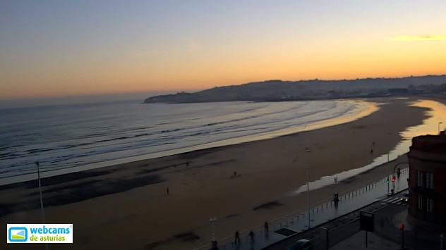 felizmiercoles-que-bonito-amanecer-en-la-playa-de-gijon-lastima-la-mancha-de-carbon