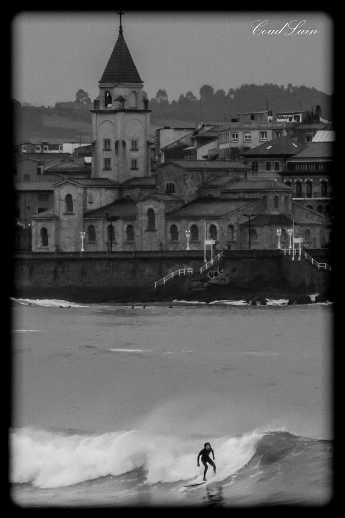 galeria-de-fotos-surf-en-la-playa-san-lorenzo-de-gijon-asturias-2